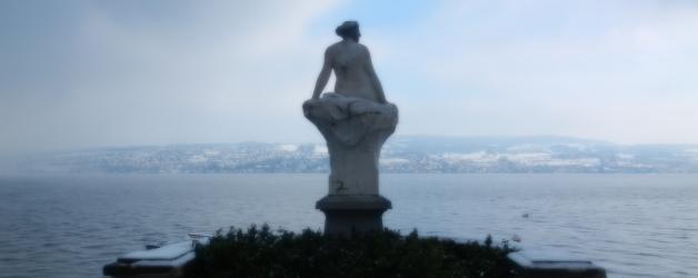 Die Seejungfrau von Horgen vor der Villa Seerose warten schon auf die Fotografien der Seifenblasen von Cornelia Aschmann